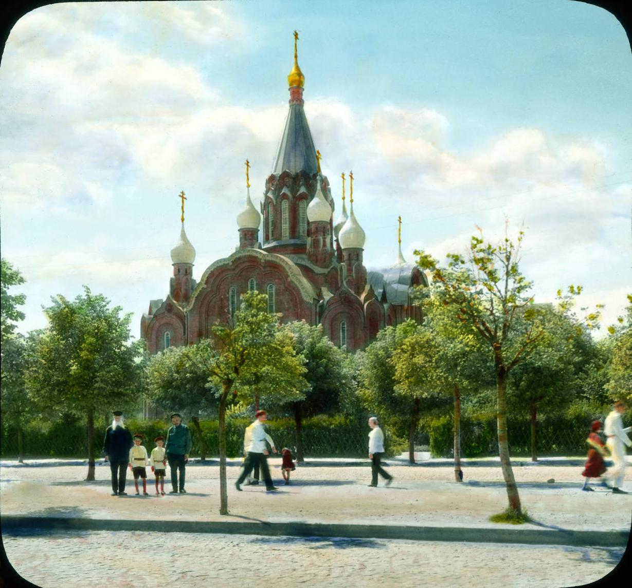 Москва. Церковь рядом с парком культуры и отдыха