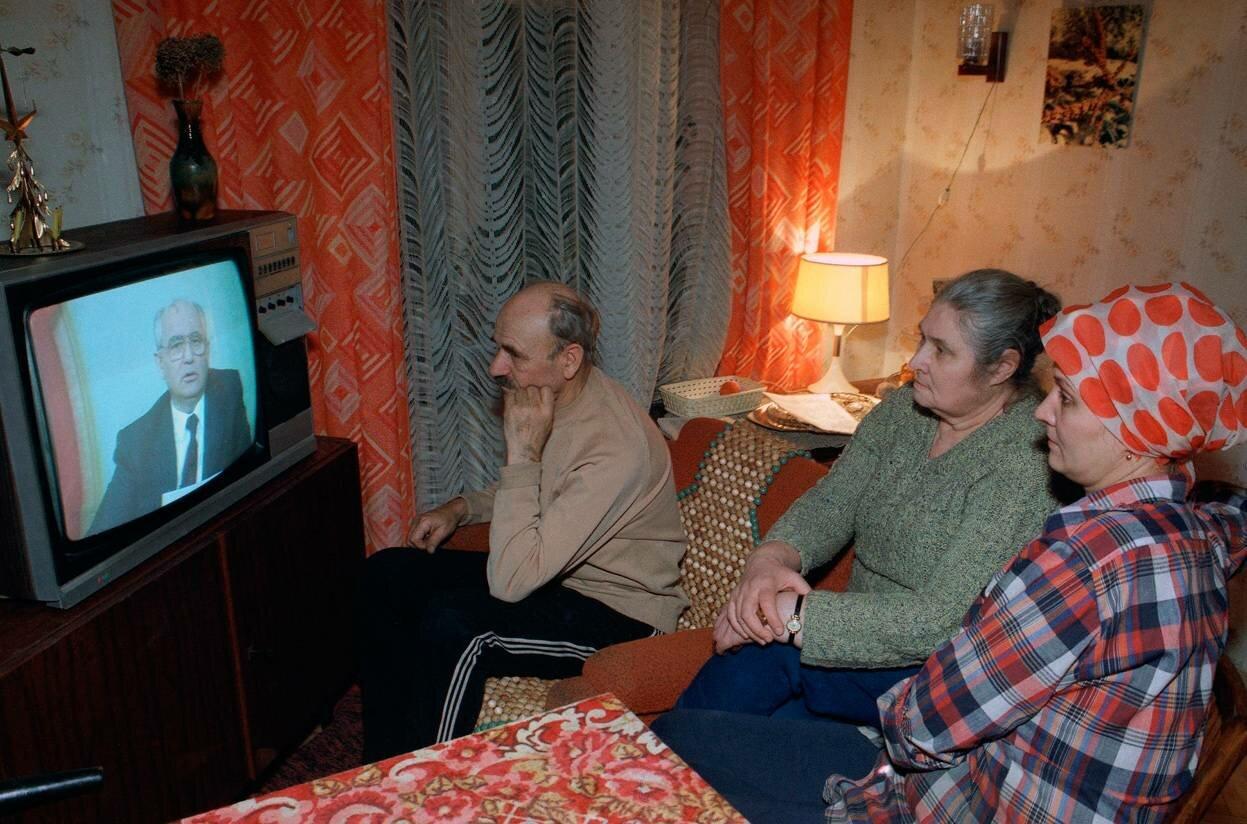 25 декабря 1991. Московская семья слушает выступление по советскому телевидению президента СССР Михаила Горбачева
