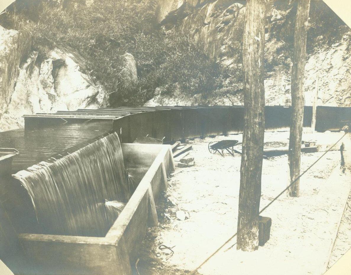 Вода течет по желобу на плотину, ок. 1893 года.
