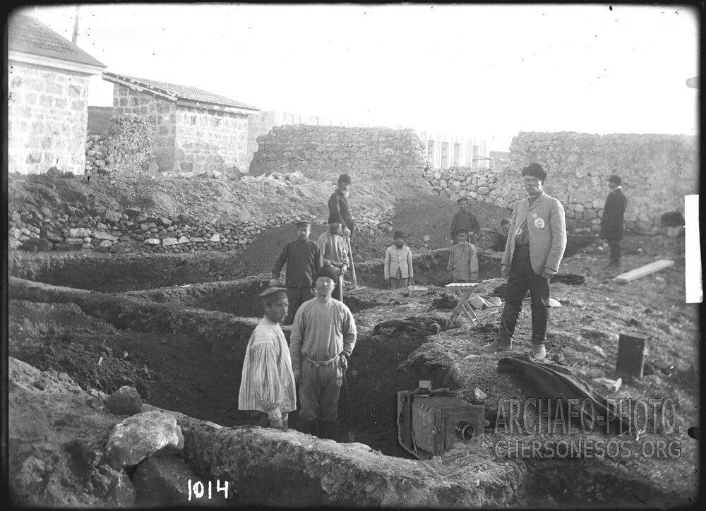 Раскопки некрополя в районе бывшего скотного двора монастыря