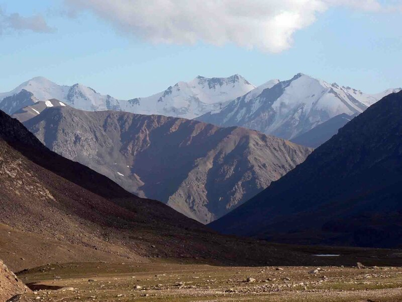 Мельников Сергей, Перевал Озёрный, впереди Киргизия, вид на хребет Кунгей-Алатоо