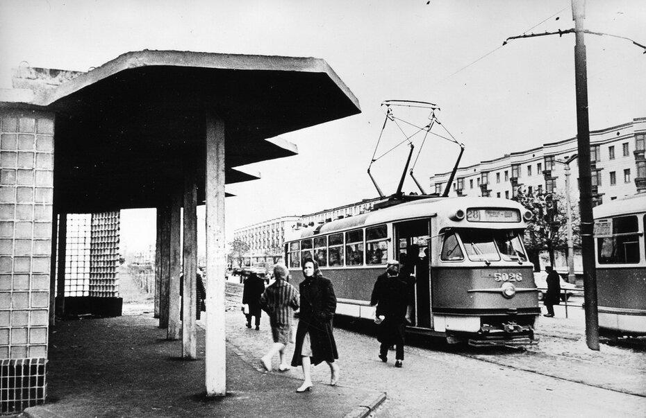1962.12. Трамвайная остановка на проспекте Воссоединения. Фото: Примаченко А.