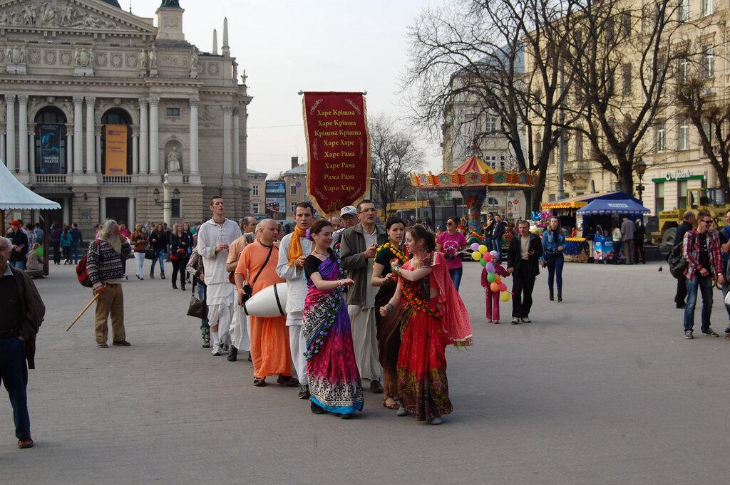 парад кришнаитов