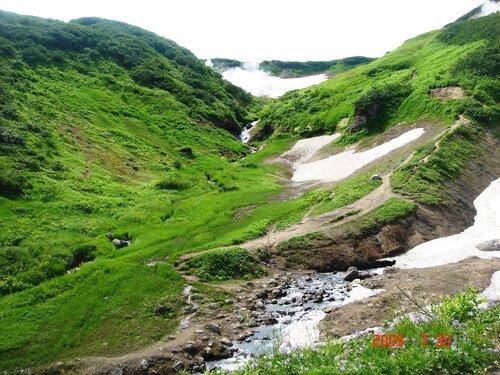 Зелёная долина с водопадом вдали..JPG