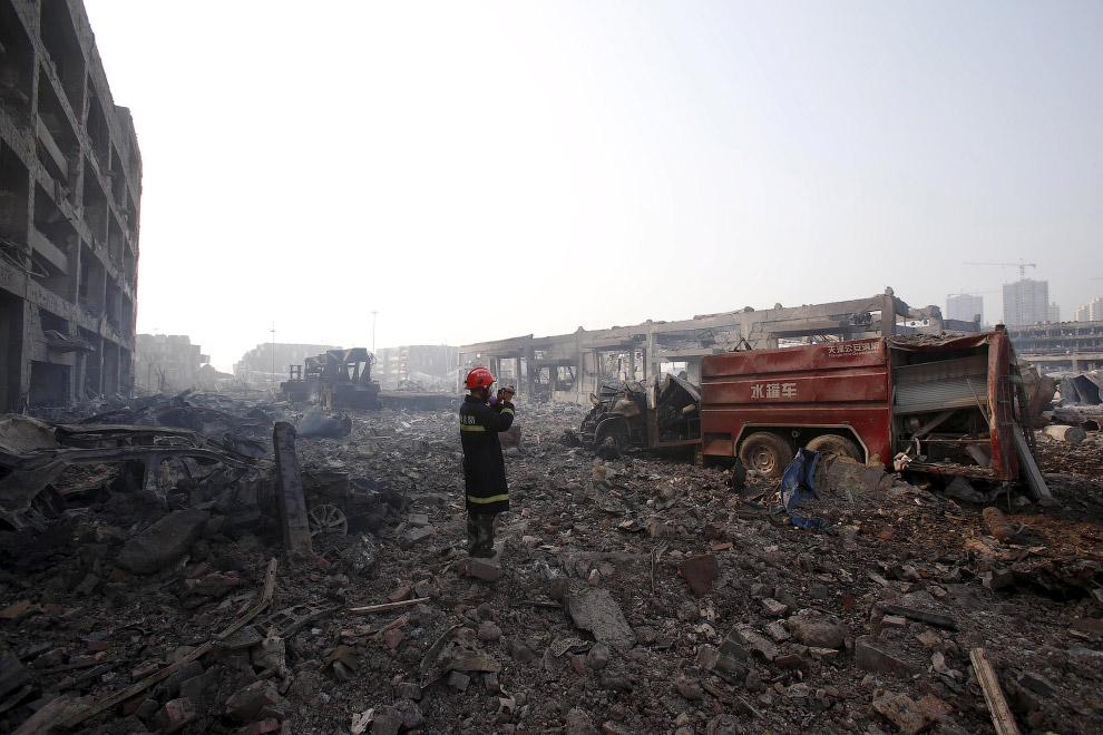 15. По цепочке догорают остатки машин, 15 августа 2015. (Фото Reuters):