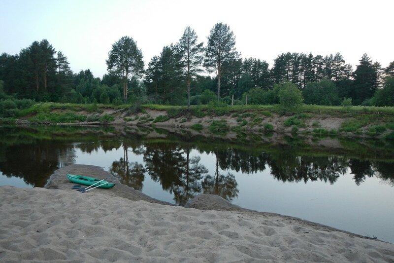 Вечерный вид на Белую Холуницу, байдарка на песчаной косе