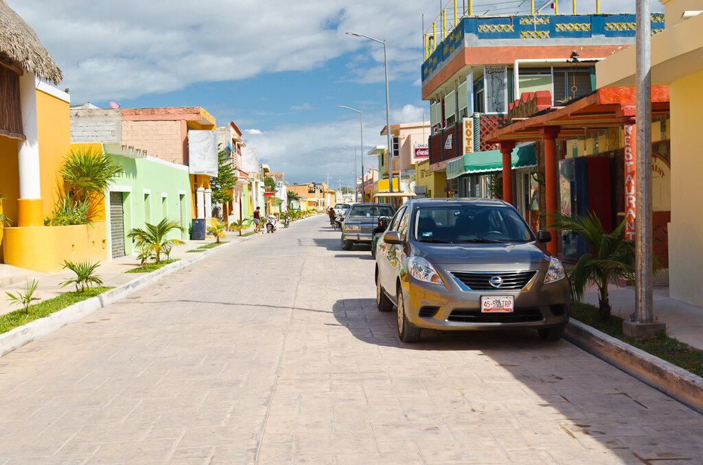 Оставили нашу арендованную машину на одной из улочек поселка Селестун (Celestun), а сами уплыли на лодке смотреть фламинго. Мексика. Отзывы о самостоятельной поездке