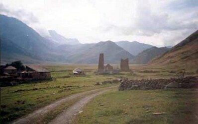 Поселок Абано. Через него туристы шли в Труссовское ущелье