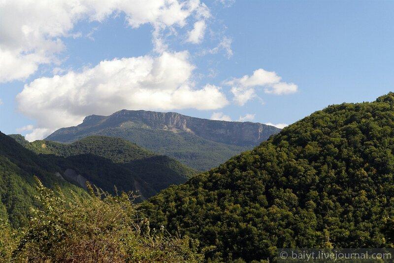 Вид на Рачинский хребет с севера, из долины реки Риони
