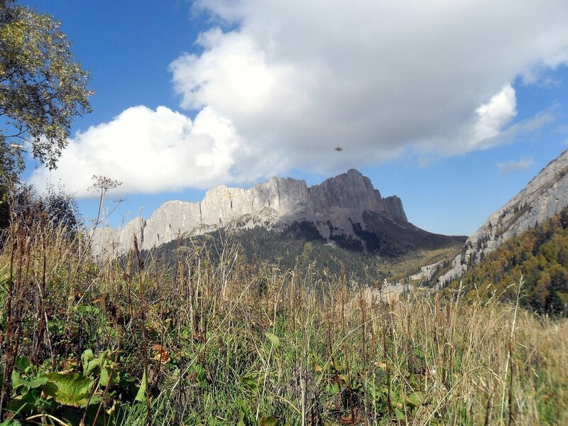 Двигаясь по тропе к скалам Малого Тхача...