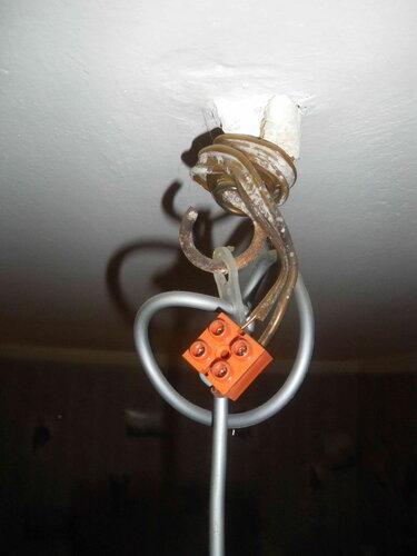 Фото 13. Осталось устранить недостаток зачистки стационарного провода, и можно возвращать колпак подвеса на место.