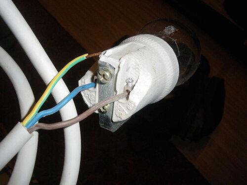 Фото 3. Скол на корпусе китайского керамического патрона совершенно обнажает и без того плохо прикрытый контакт, находящийся под напряжением.