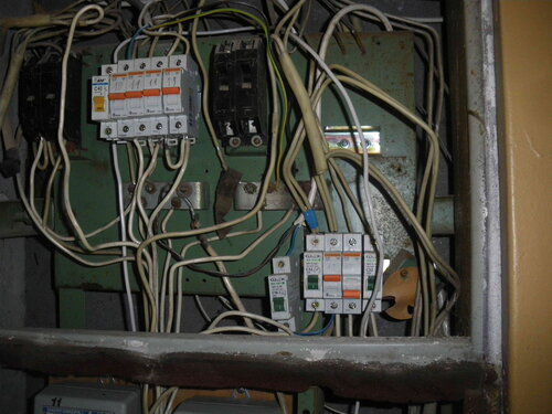 Фото 2. Вследствие перегрузки (был включен фен вместе с другими мощными электроприборами) отключился один из автоматов - в правом нижнем углу отделения автоматических выключателей этажного щита.