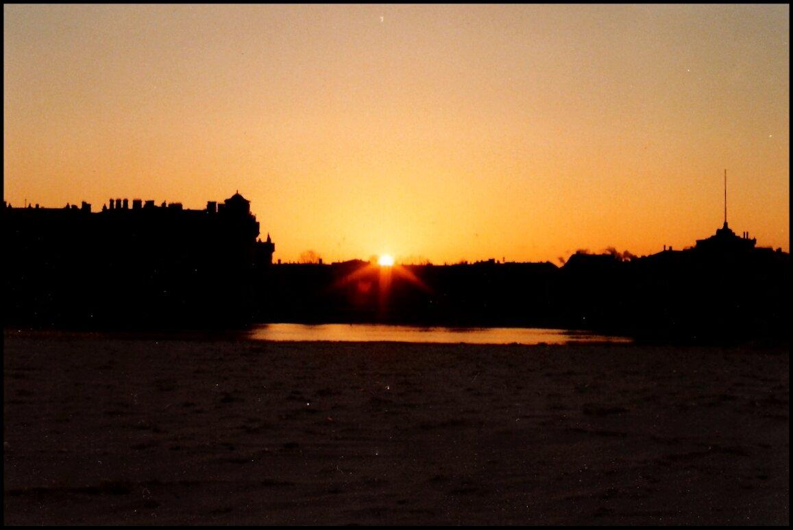 Восход солнца в Ленинграде в середине зимы примерно в 10.30 утра