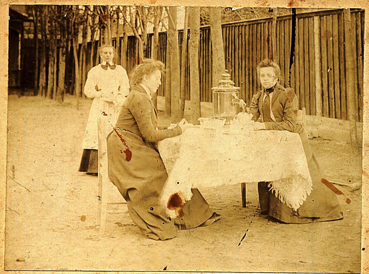 190.. Ираида и Антонина за самоваром с прислугой
