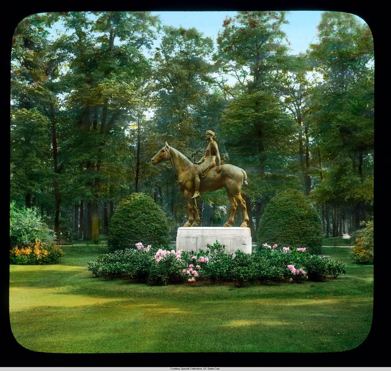 Берлин. Амазонка на лошади скульптора Луи Туальона в Тиргартене