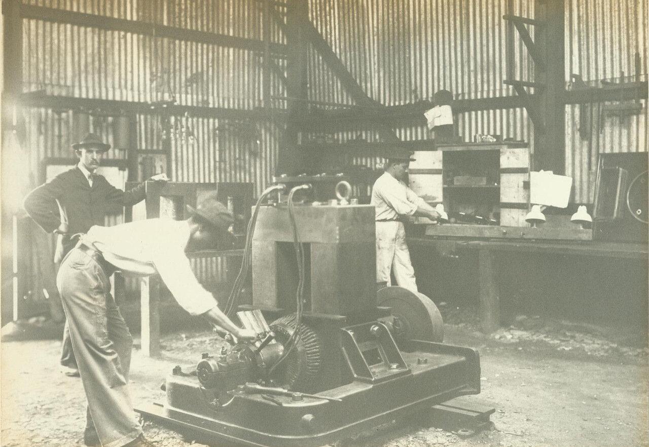 Шахтеры строят динамо-машину для выработки электроэнергии, ок. 1895 года