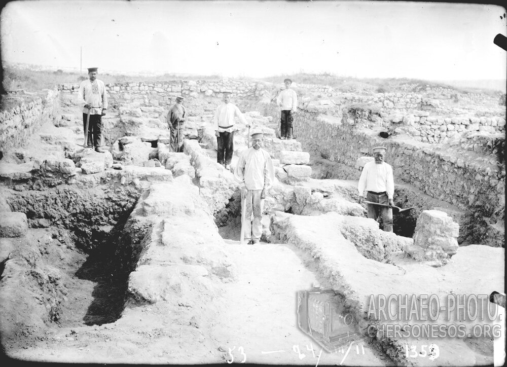 Бригада рабочих на раскопках городища. 1911 год