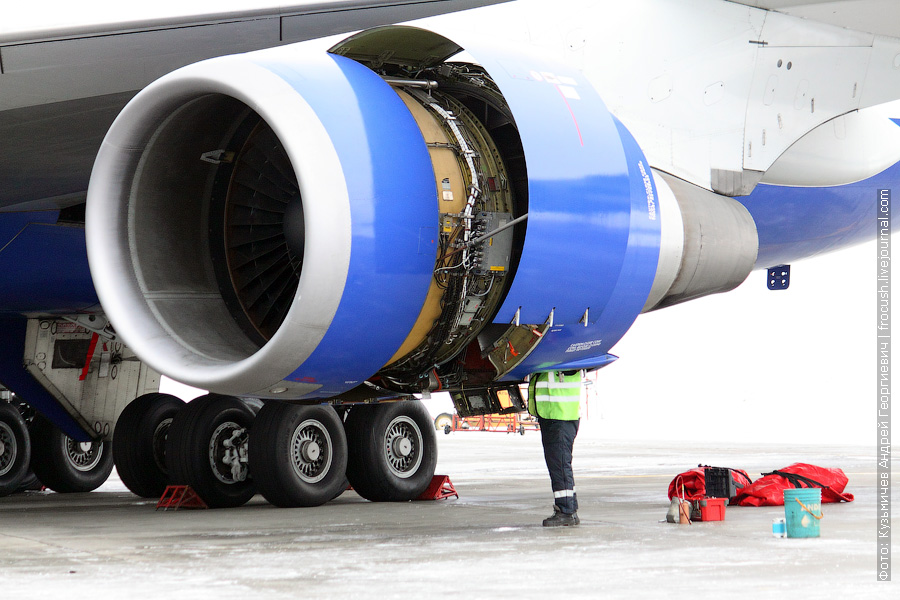 открытый капот двигателя Boeing 747-446 (EI-XLF) «Трансаэро»