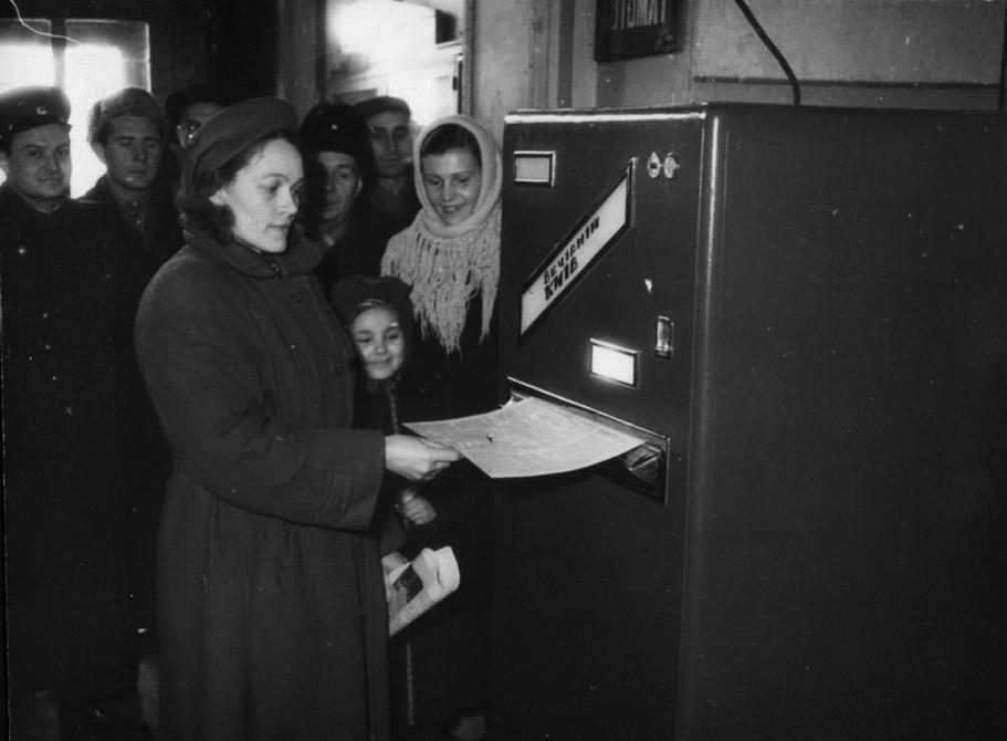 1957.02.05. Покупатели приобретают газеты у специального автомата, установленного на Киевском Главпочтамте
