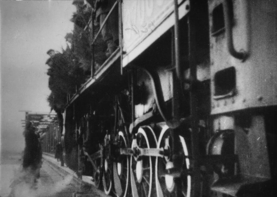 1945.11. Первый поезд проходит по восстановленному железнодорожному мосту