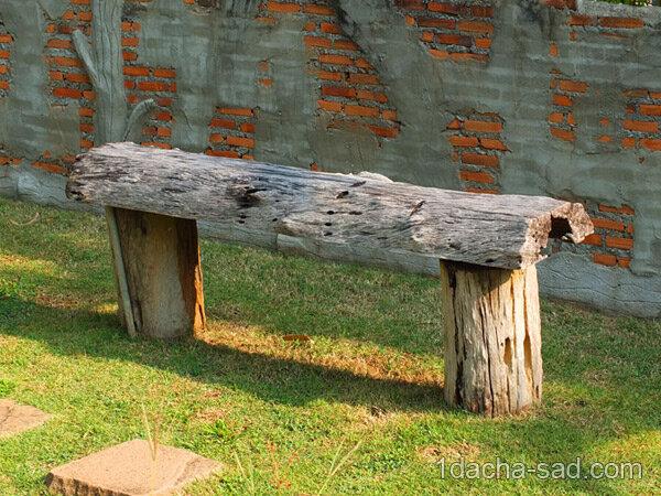Простая скамейка из бревен