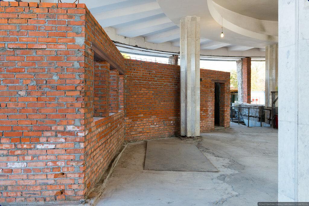 Заново возведённые внутренние помещения слева от эскалатора