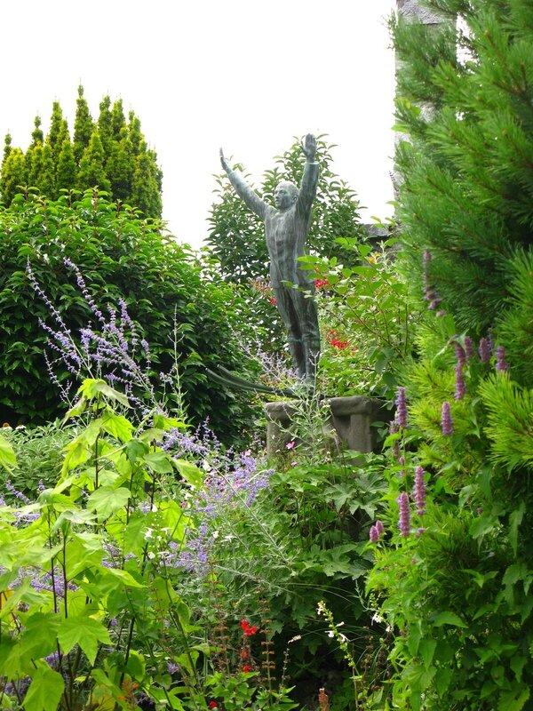 Горнолыжник в саду крепости