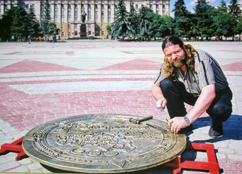 Борис Пупынин Устанавливает памятный знак на площади Белгорода