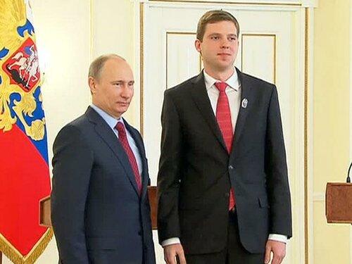 Президент В. В. Путин вручает премию Евгению Соседову