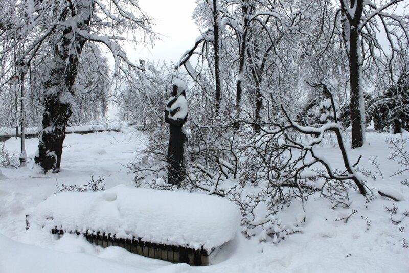 Памятник Марии Заньковецкой зимой