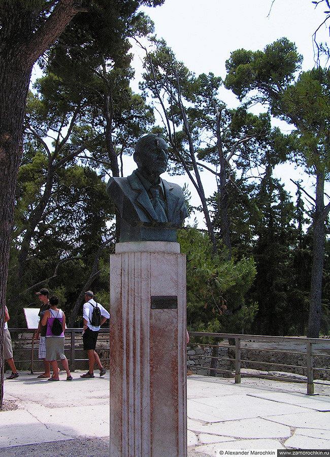 Памятник английскому археологу Артуру Эвансу в Кноссе, Крит, Греция