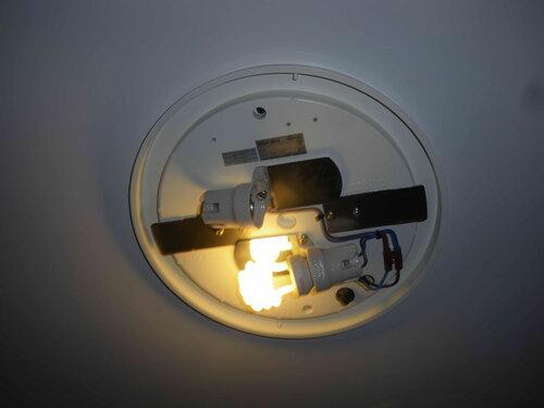Фото 1. Потолочный светильник-тарелка «Bega 5513» (Германия). Плафон демонтирован. Одна из ламп отсутствует, т. к. заказчик выкрутил её самостоятельно, считая, что она перегорела.