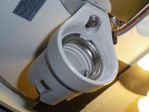 Фото 4. Керамика патрона в безукоризненном состоянии. Патрон крепится к корпусу светильника с помощью универсального (под шестигранный ключ/прямую отвёртку) винта. Под головку винта подложена шайба, предохраняющая керамику от повреждения при его затяжке.