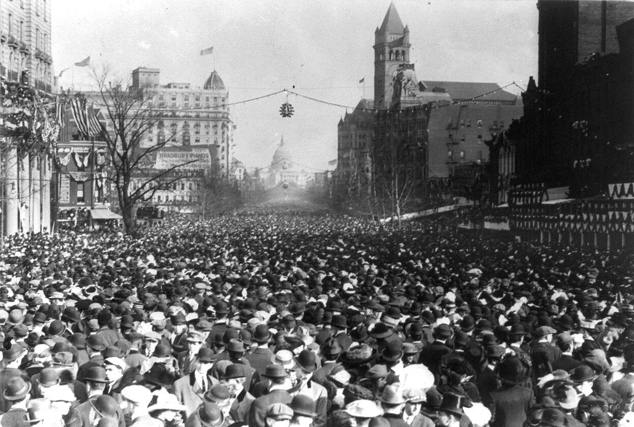 Забитая до отказа зеваками Пенсильвания-авеню во время парада, 3 марта 1913 года