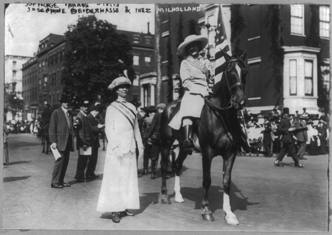 Жозефина Бейдерхасс и Инес Михолленд Бойшевайн на параде суфражисток