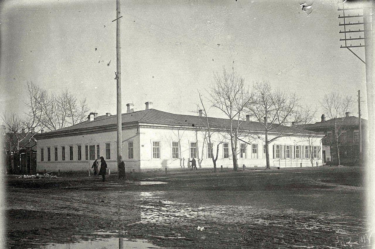 Перекресток ул. Благовещенской и Почтамтского переулка со зданием уездного училища