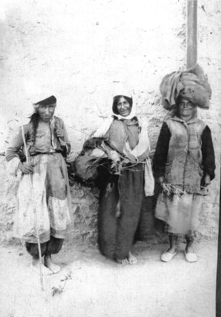 Армянские женщины беженки влачат жизнь в Бейруте, собирая бумагу и древесину.