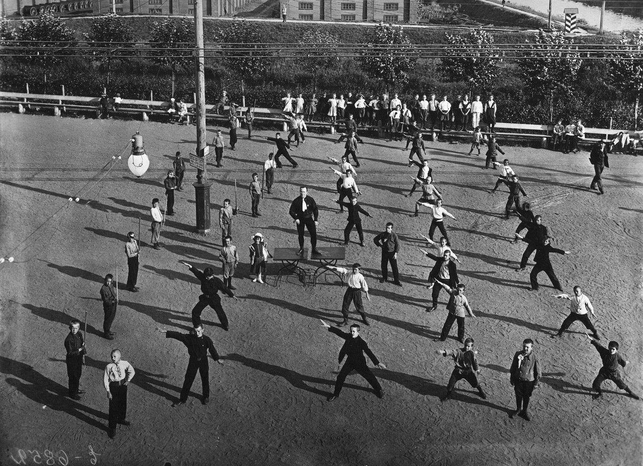 Народный дом Николая II. Дети на занятиях по гимнастике в саду Народного дома.