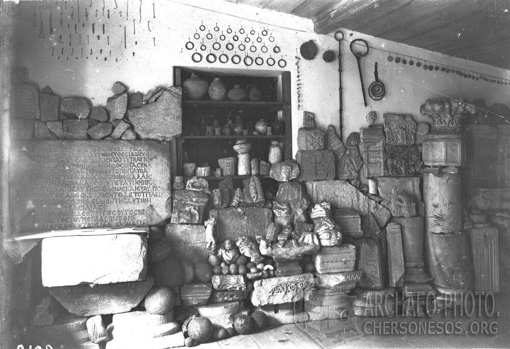 Известная надпись, посвященная императору Зенону, в экспозиции музея, в окружении других находок