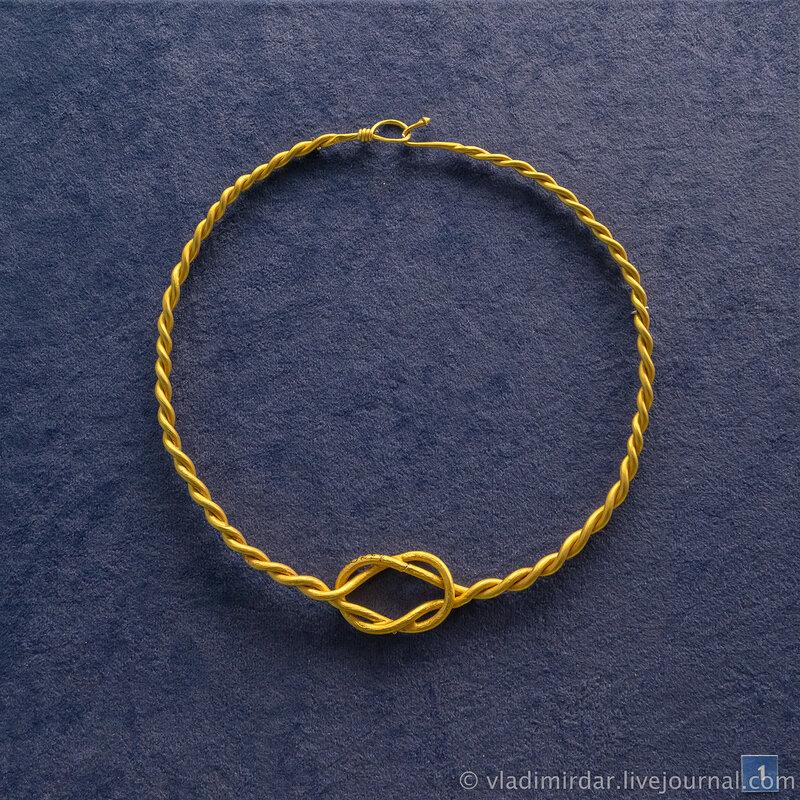 Гривна витая с «Геракловым» узлом в центре. Золото. Вторая середина III в. н.э.