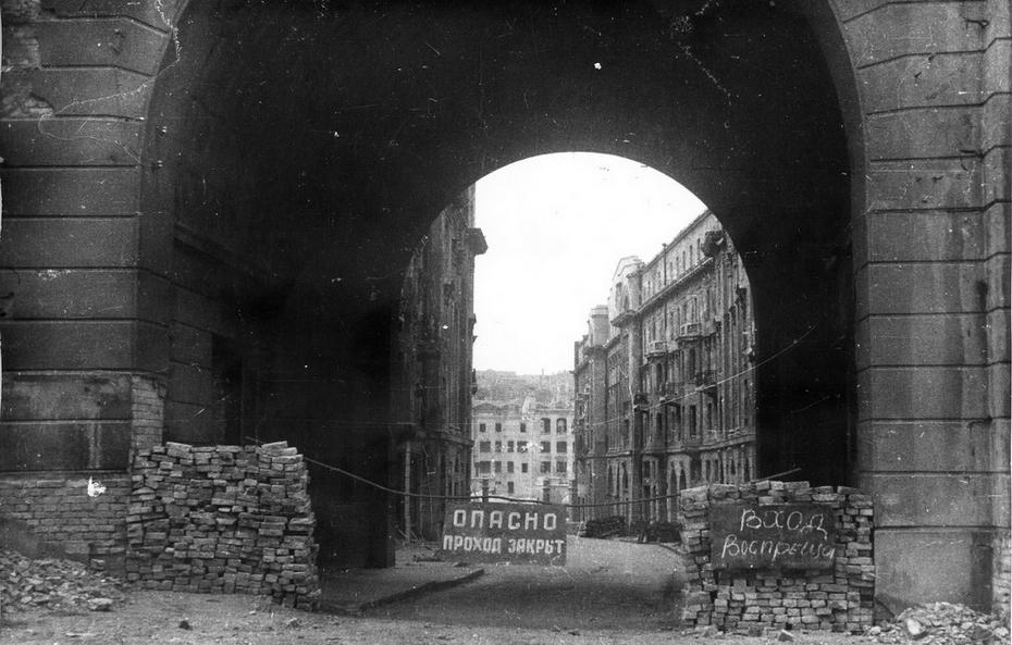 1944. Разрушенный пассаж. Снимок сделан с улицы Заньковецкой в сторону Хрещатика, вдали видно здание телефонной станции (Хрещатик, 24-26)