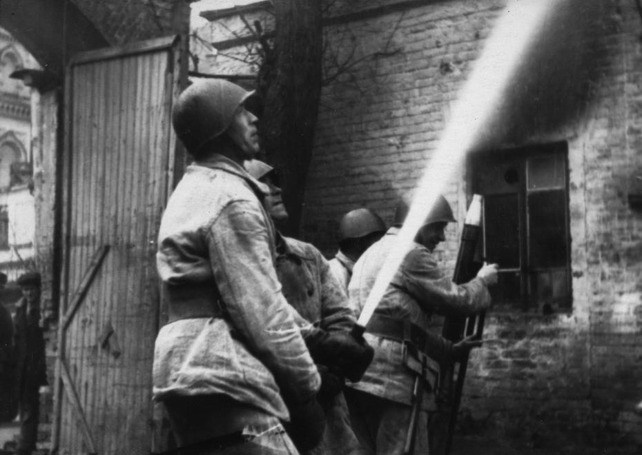 1947. Расчет лафетных стволов пожарной команды на тушении пожара
