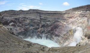 В Японии вулкан выбросил столб пепла высотой в 2 километра
