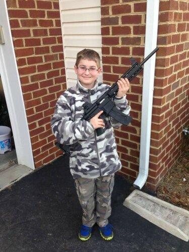Мальчик с автоматом взорвал Интернет