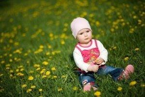 Ухоженный газон и ребенок счастлив