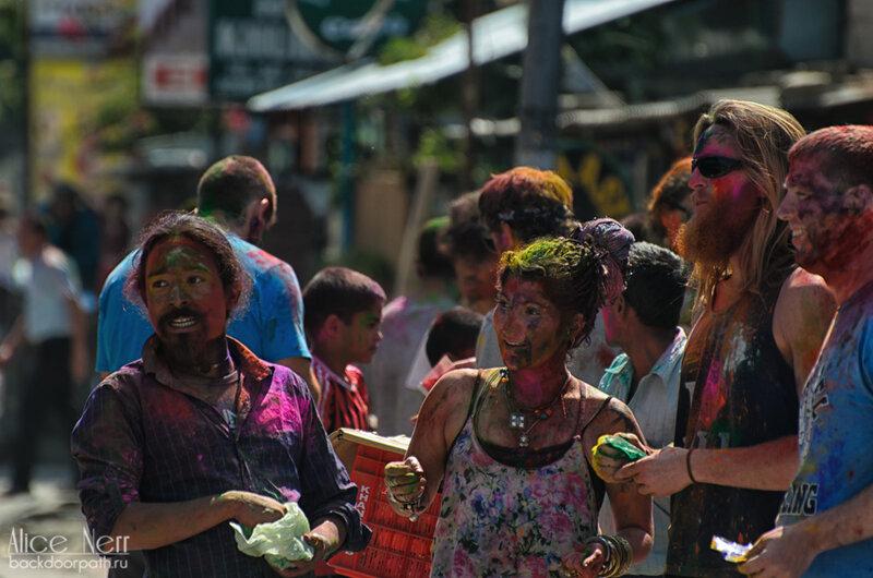 празднование фестиваля холи в покхаре, непал