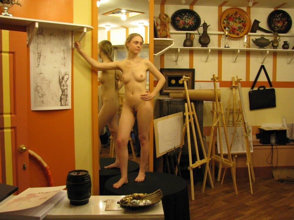 натурщица голая позирует художнику переезжает