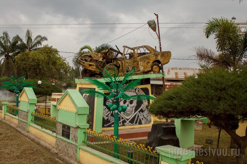 Памятник невнимательности на полпути между Меданом и Парапатом