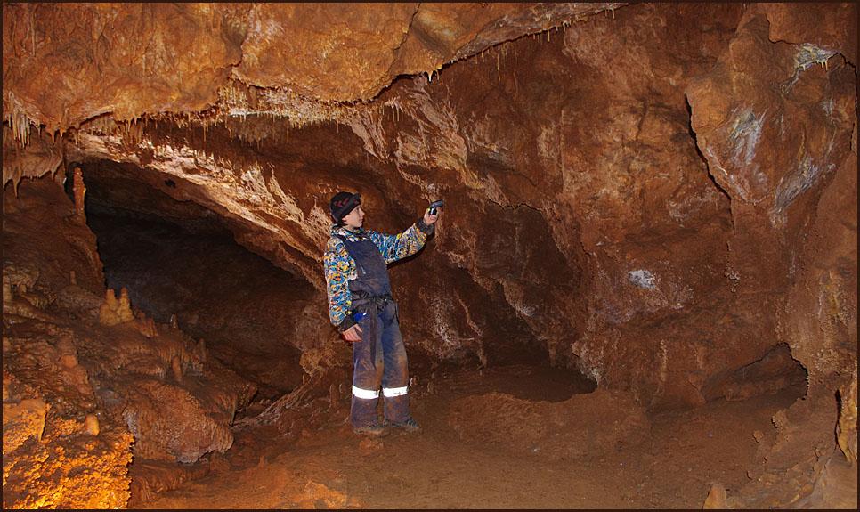 Кирилл исследует пещеру